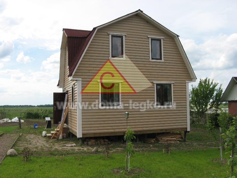 дом с ломаной крышей и тремя фронтонами
